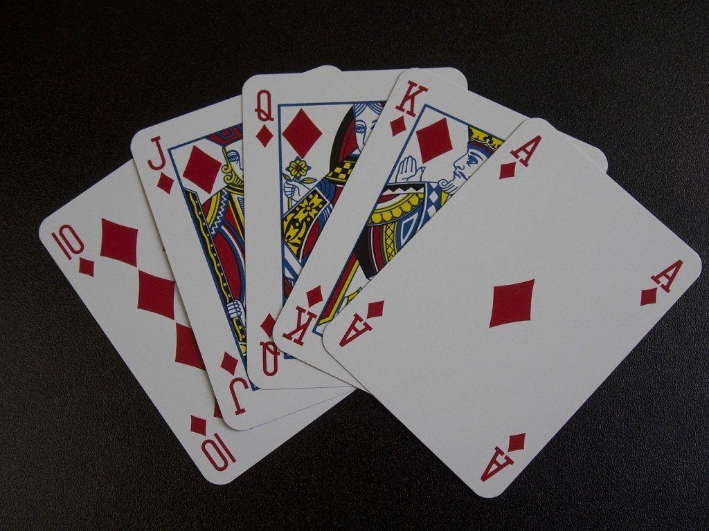 Pokerissa jackpot tulee usein kuningasvärisuoralla